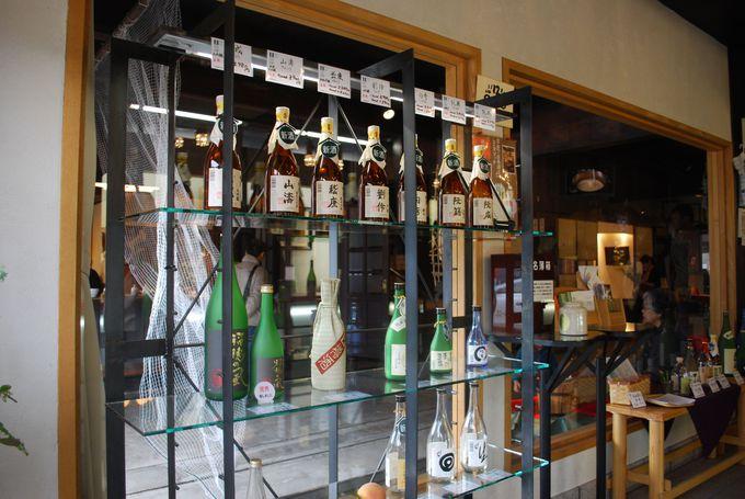 バリエーション豊かなお酒に加え、調味料や食品まで販売。