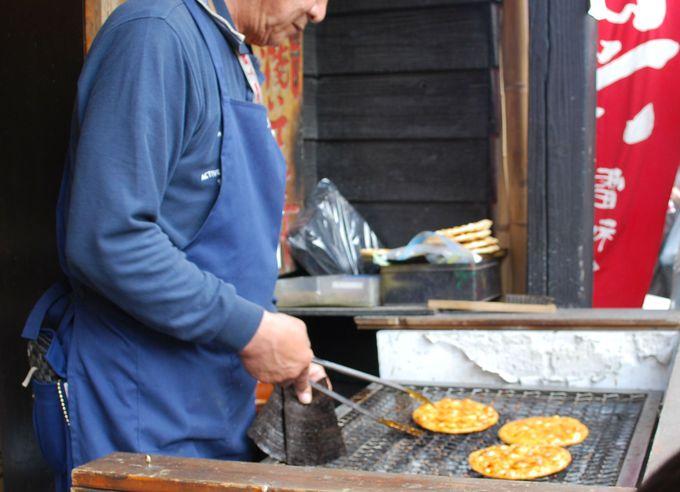 手作りの焼きせんべいが焼き立てで食べられる。