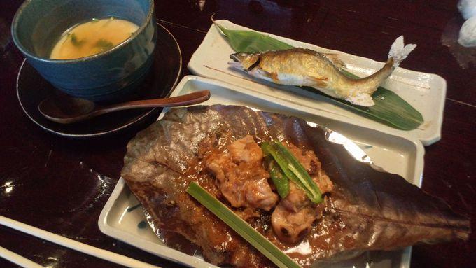 新鮮な川魚と朴葉焼きはどちらも香ばしい香りが漂う