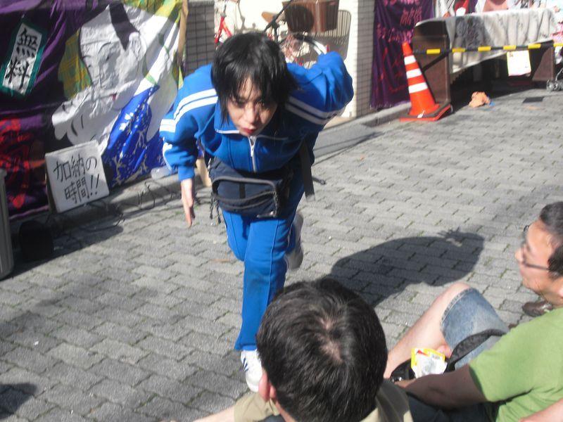 【危険!?】ブレーキの壊れた青い超特急!!有無を言わせない狂気とはどんなパフォーマンス?
