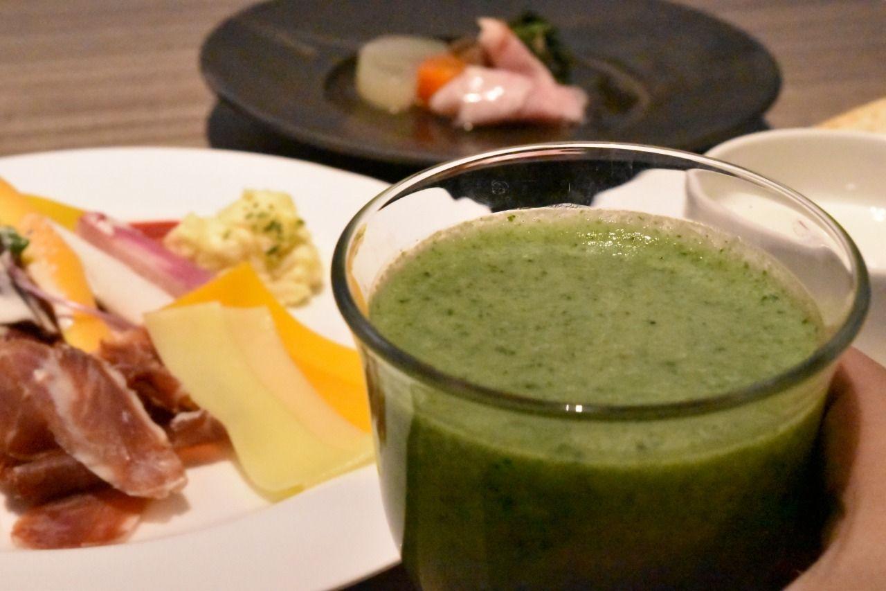 カラフルな野菜がズラリ!江戸野菜も味わえる朝食