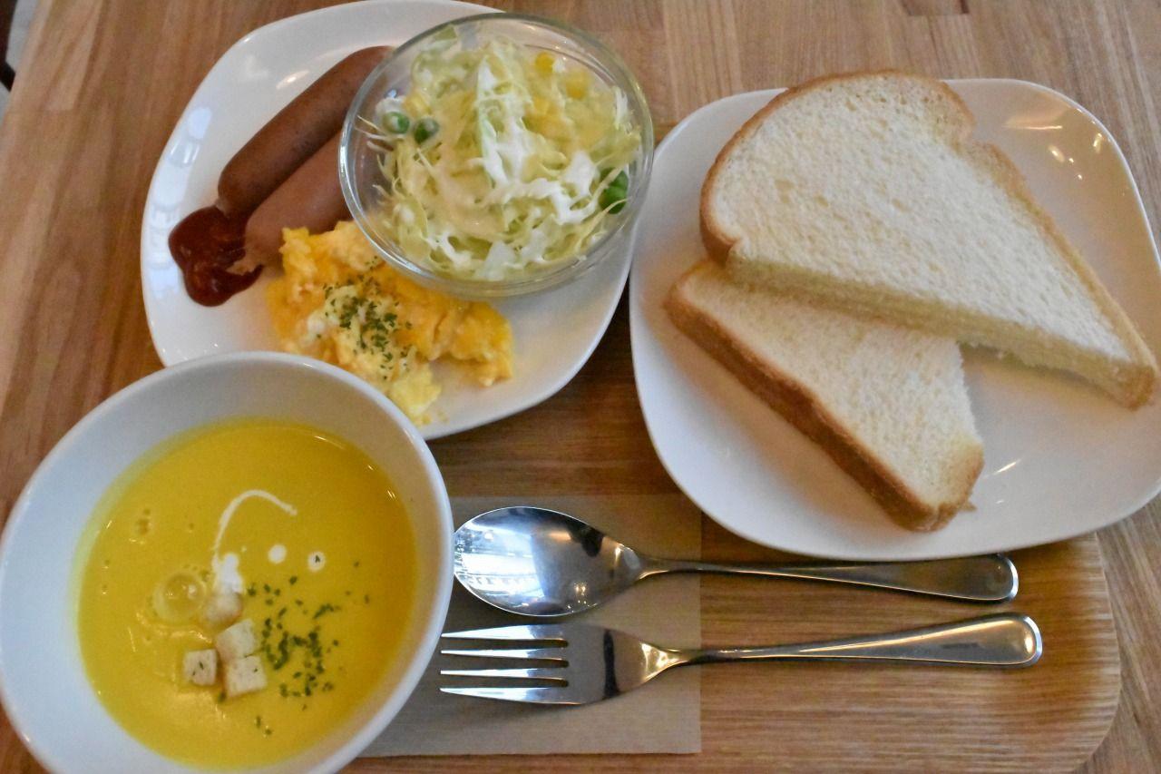 朝食はホテルからすぐそばの「ベリーベリースープ」で提供
