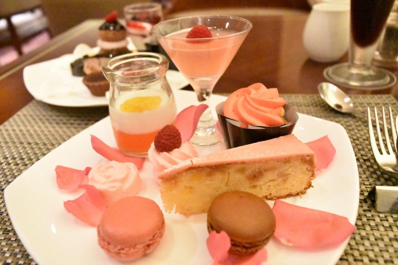 ピンクの皿、黒の皿、2つに分けて盛るのもアリ!!