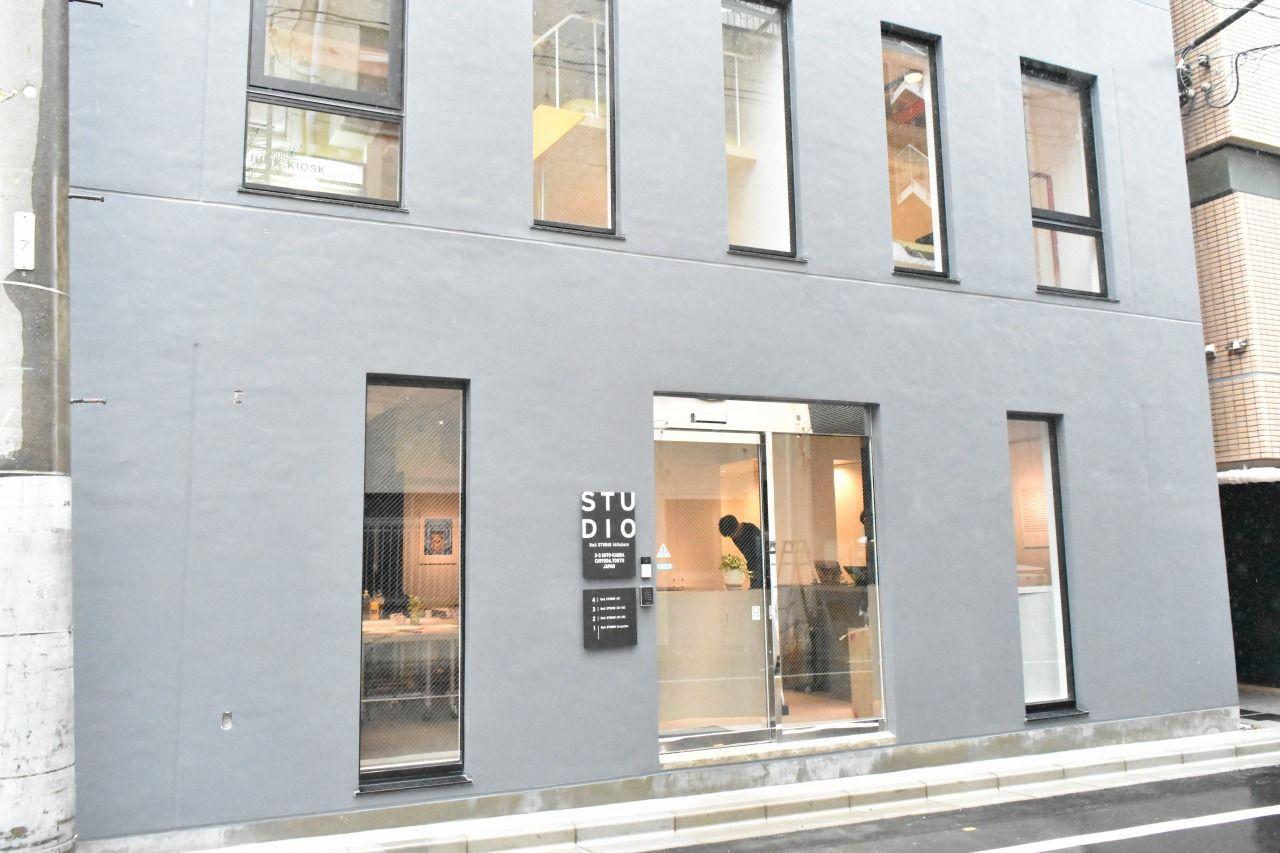 シンプルでモダンな外観の「BnA STUDIO Akihabara」
