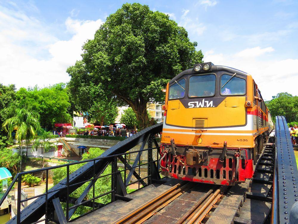 タイのカンチャナブリで真横を通る迫力の電車!日本軍が建設した泰緬鉄道