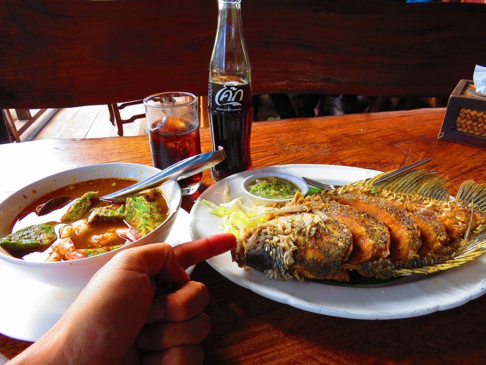 映画「戦場にかける橋」の舞台を一望の水上レストラン!タイのカンチャナブリで美味しい料理