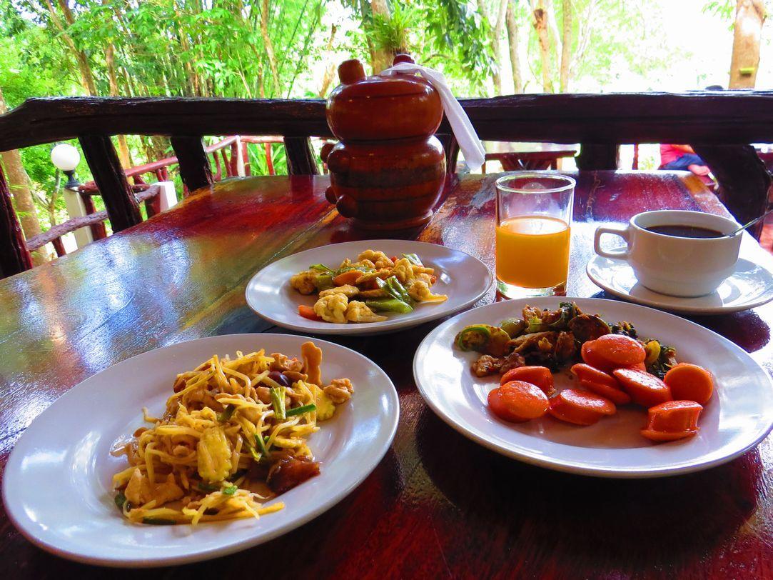 ビュッフェ方式と選択式の朝食