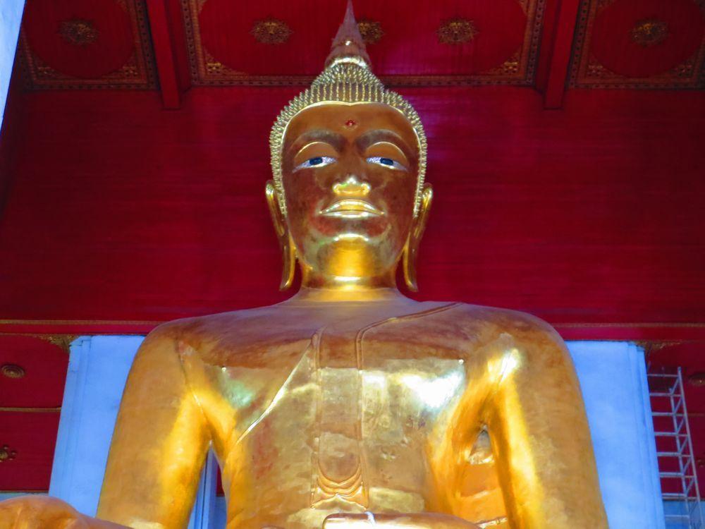 迫力の巨大仏像!アユタヤ「ウィハーン・プラモンコンボピット」