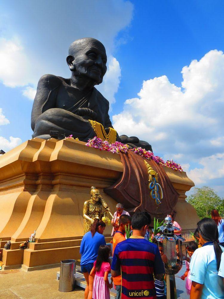 タイで最も尊敬されている僧侶の巨大像