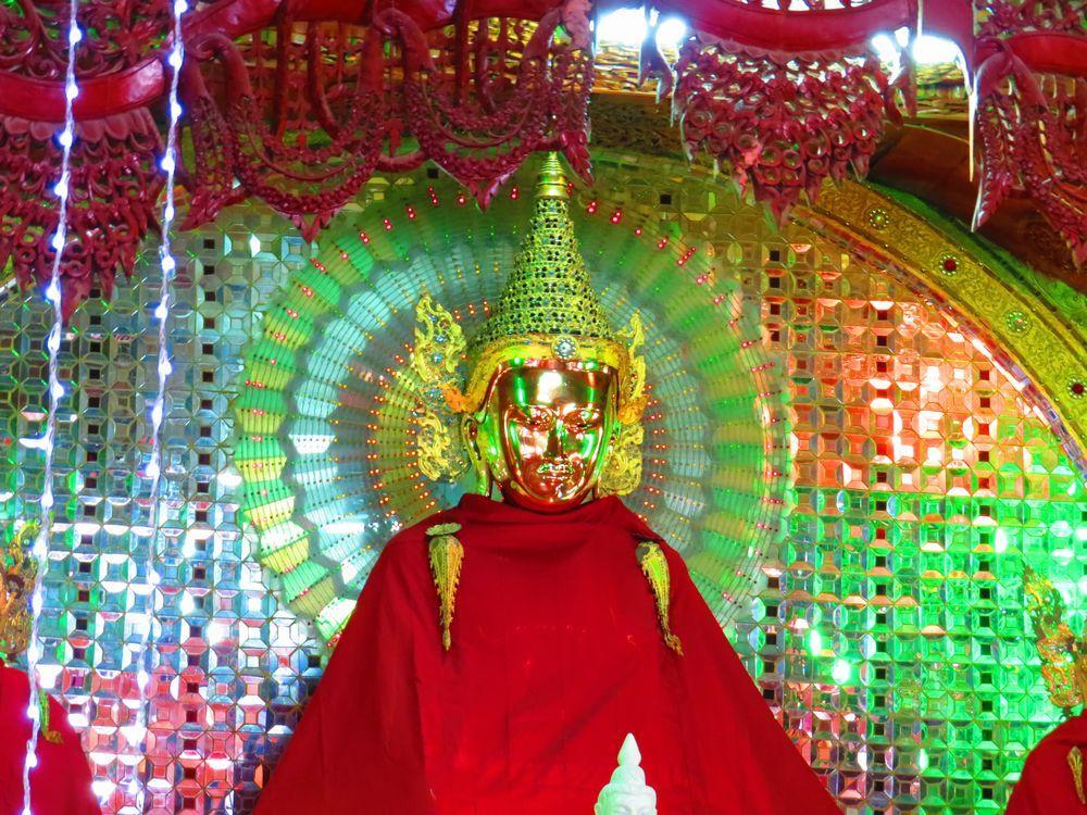 寺の中に電飾が多い