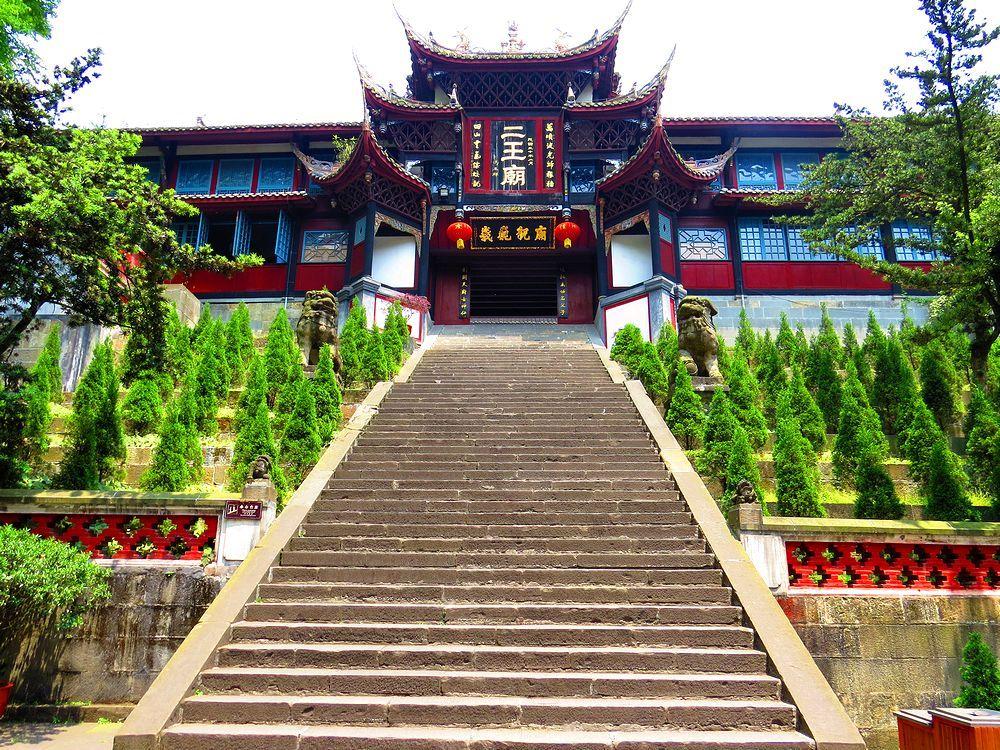 荘厳な雰囲気の二王廟