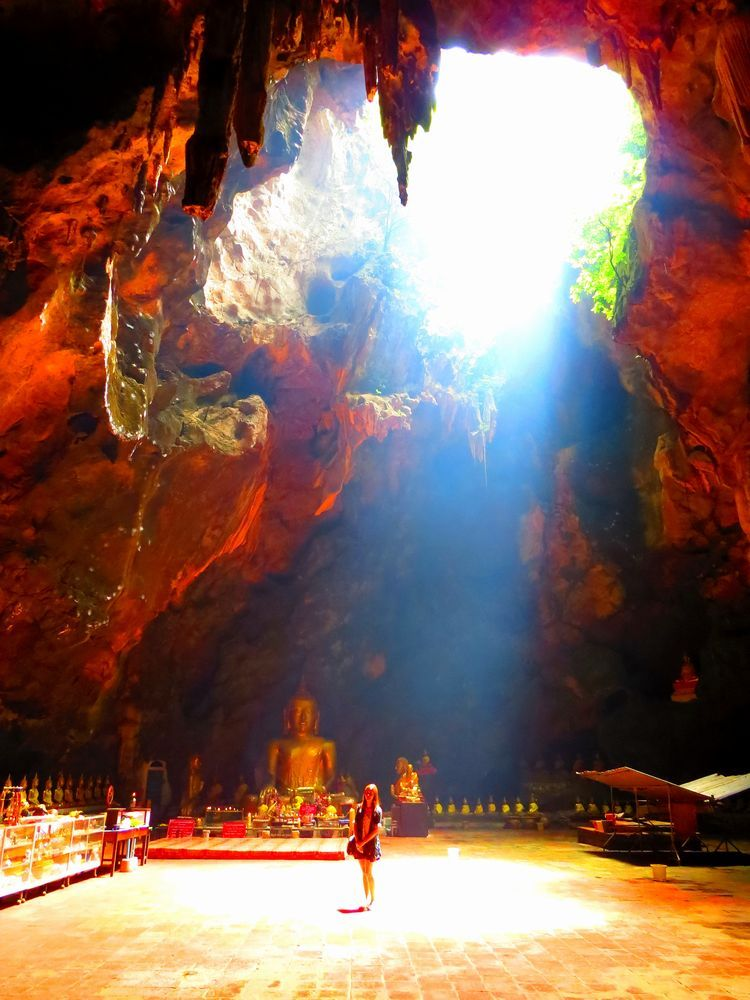 光が差し込むカオ・ルアン洞窟(Khao Luang Cave)