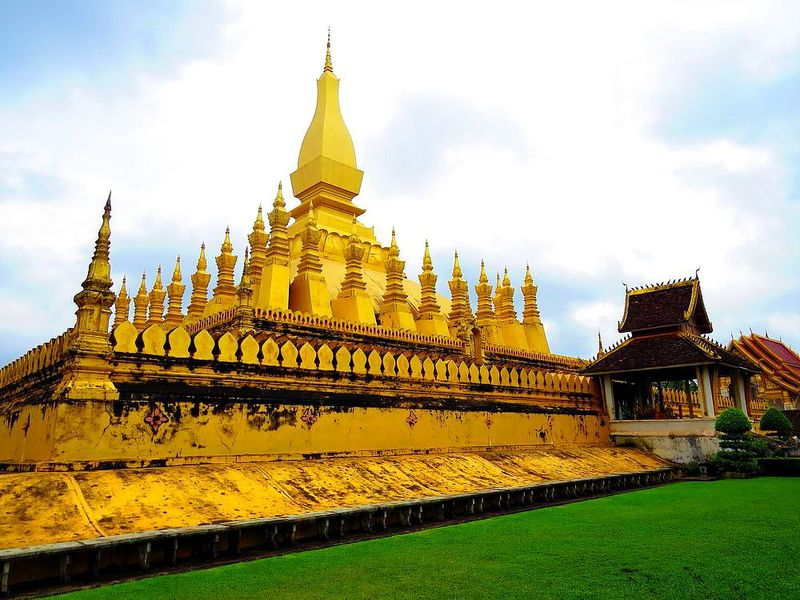 国章に描かれる「タート・ルアン」はラオスを代表する美しき仏塔