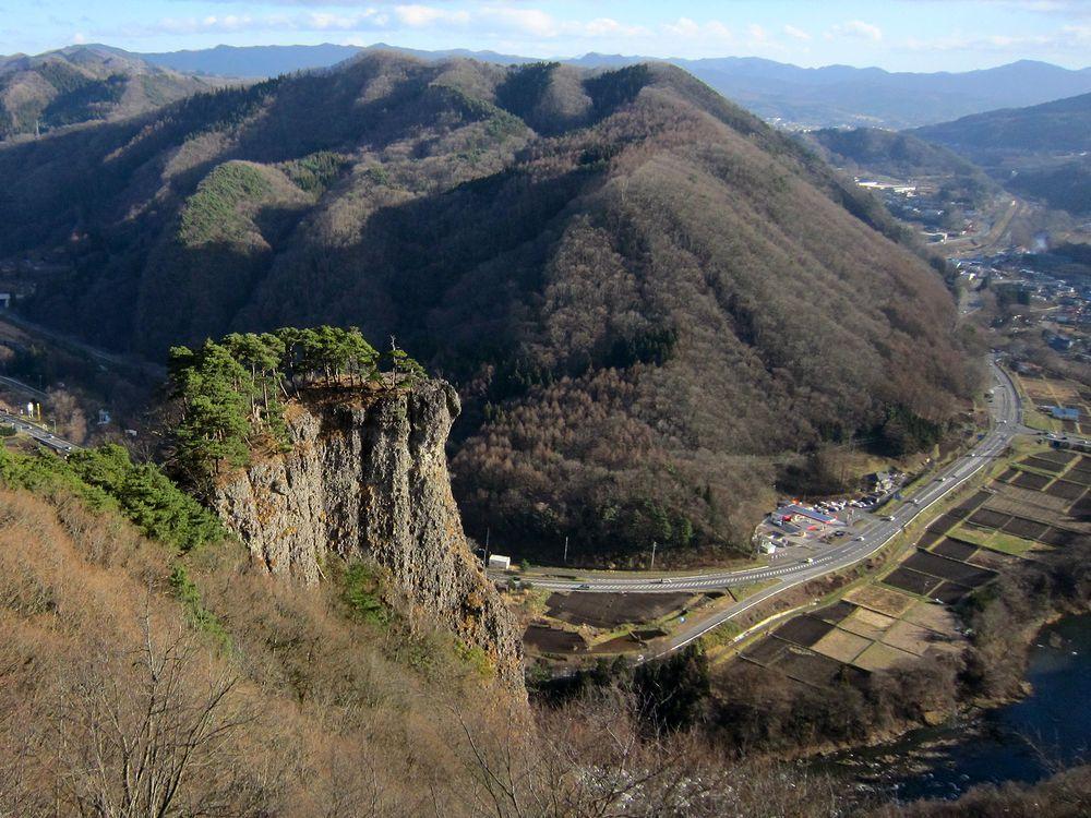 先端まで行ける?岩手県二戸市「男神岩」で高さ180mの岩の上!