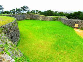 琉球最古の門を持つ沖縄「座喜味城」は、城壁の美しい曲線が見どころ|沖縄県|トラベルjp<たびねす>