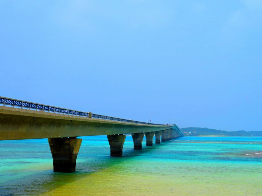 美しい池間大橋と海