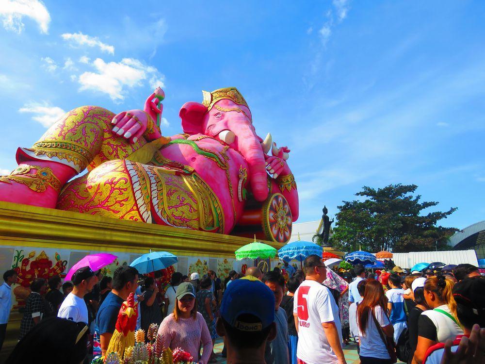 タイ「ワット・サマーン・ラッタナーラーム」の巨大ピンク象!