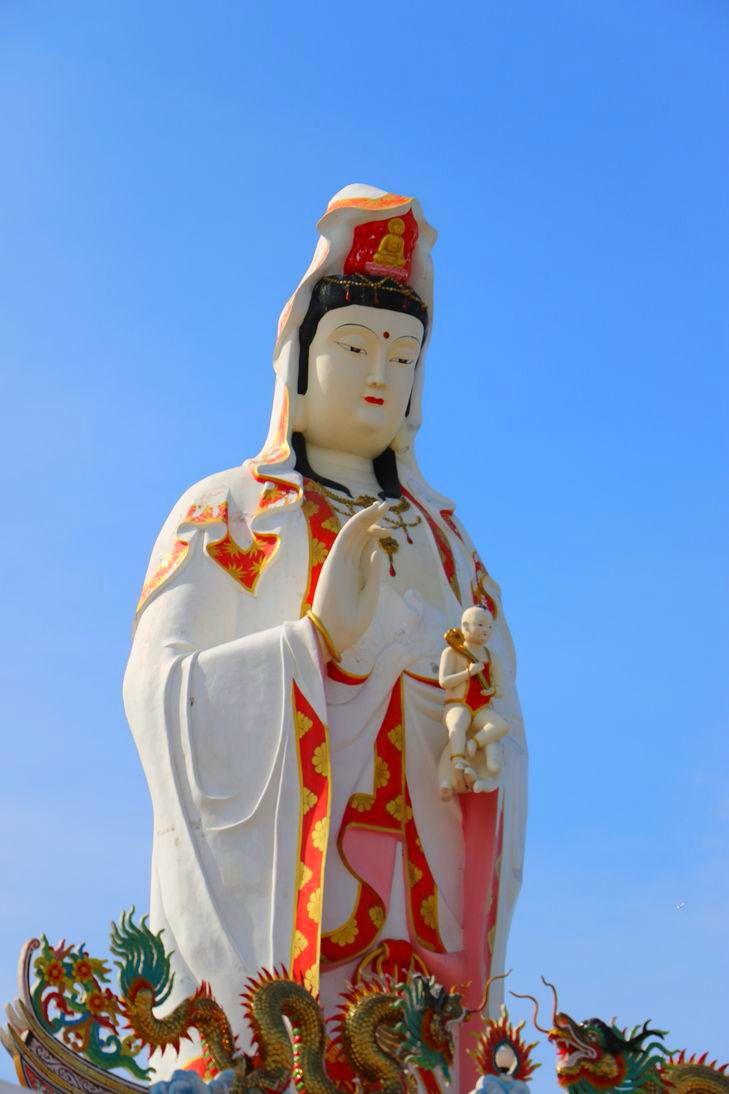 見上げる中国の観音菩薩とインドのブラフマー