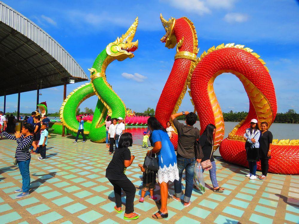 巨大な赤と緑の蛇