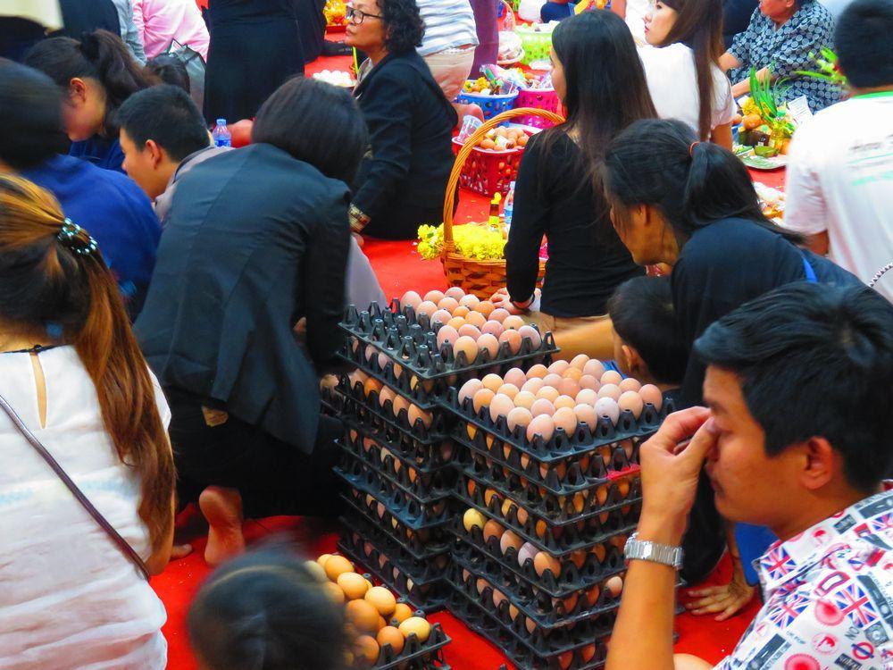 茹で卵で祈願する参拝者