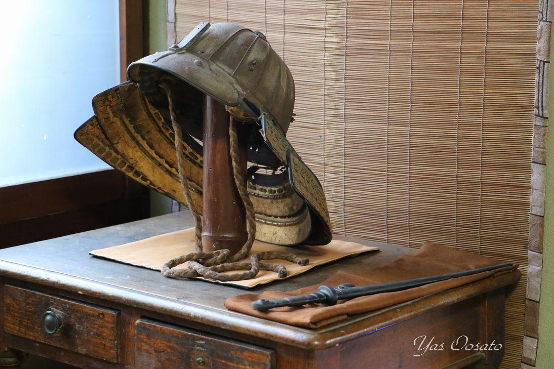 歴史ある展示品と部屋の隠し階段