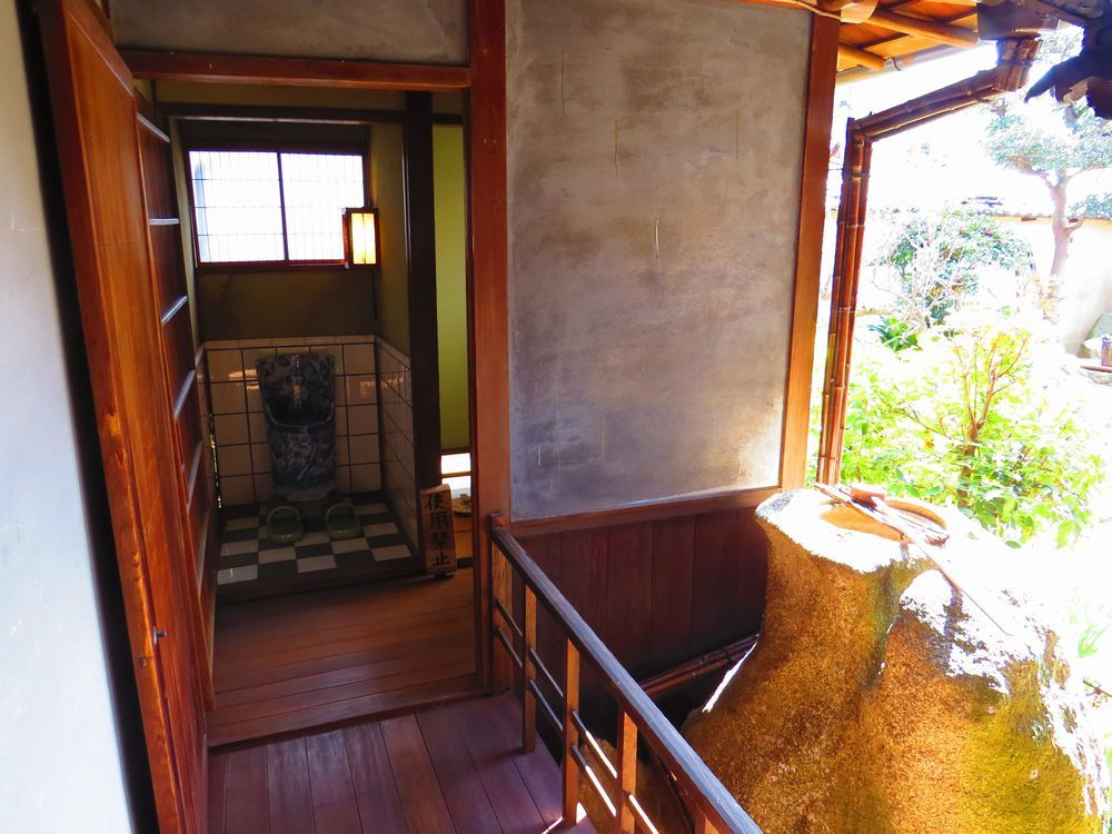 入縁側と陶磁器のトイレ