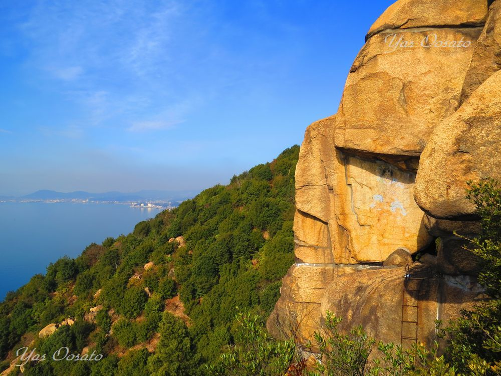 修験者の修行道で見る岩肌の仏画