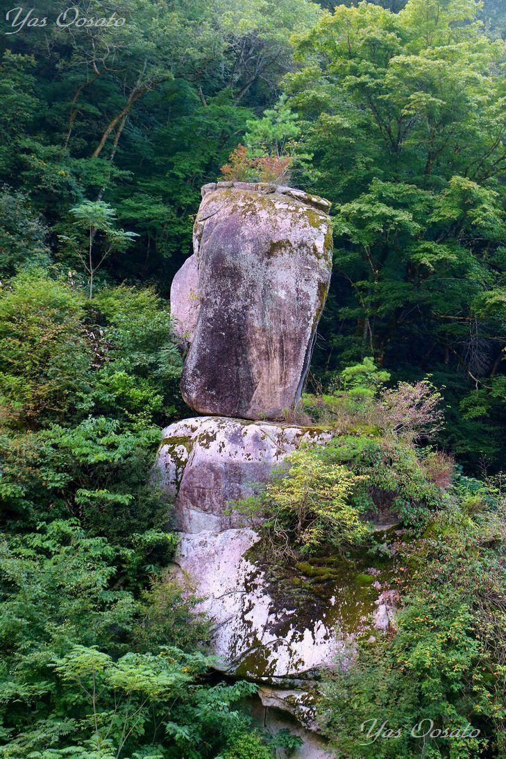 並ぶ奇岩の中の名勝岩