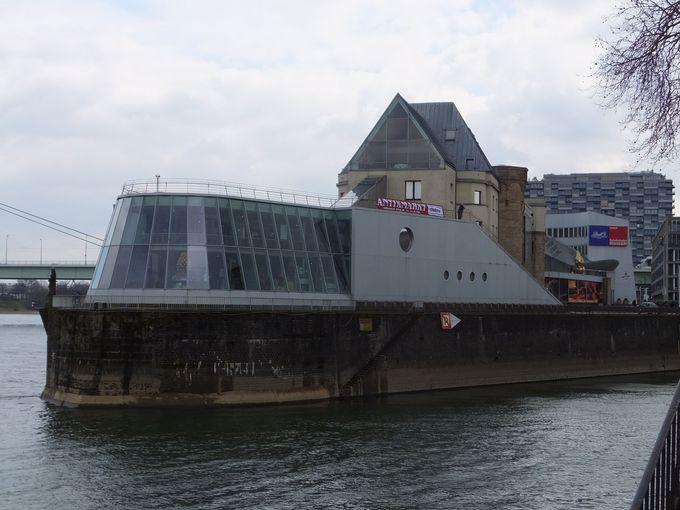 ガラスとアルミニウムで出来た近代的な船