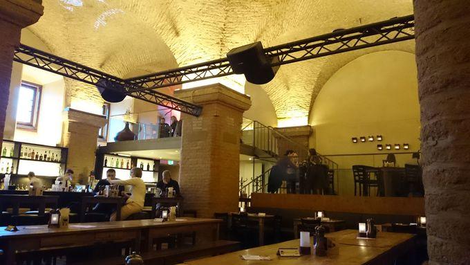 市庁舎地下には人気レストラン「ラーツケラー」が
