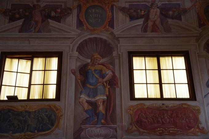 壁には歴史上有名な皇帝の姿が