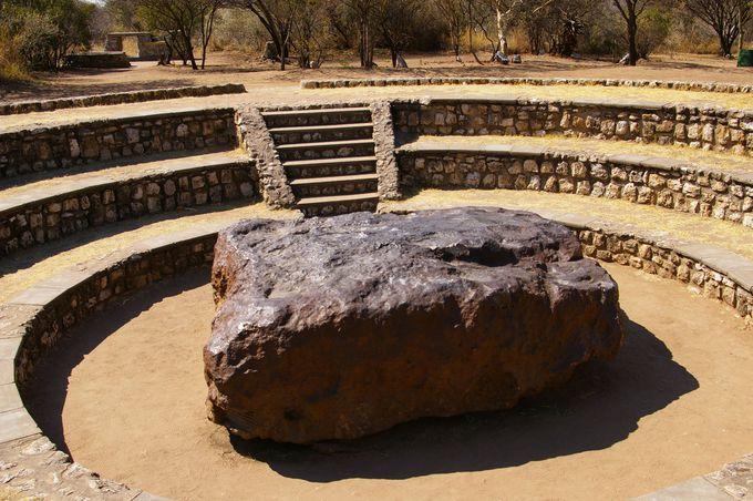 世界最大の隕石を間近に