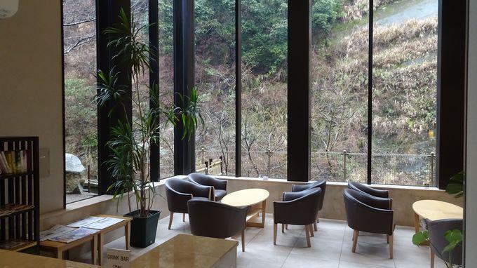 大きな窓のラウンジで、渓谷の景色を楽しみながら飲み物をいただこう