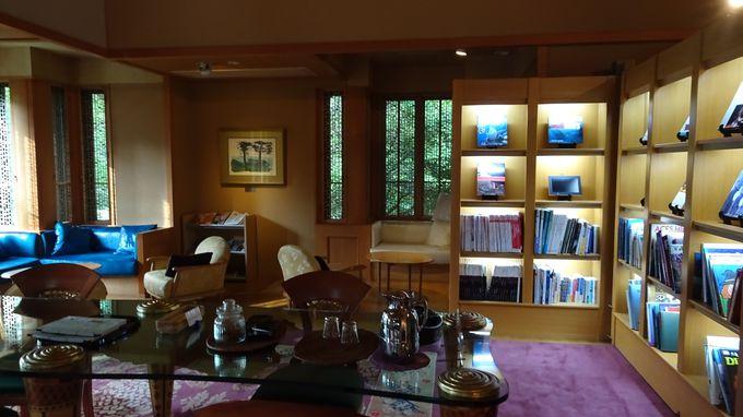 寛ぎのスペースと書庫のあるラウンジ「くら」