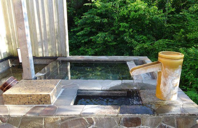 見た事のないような大自然に囲まれた貸切風呂で非日常を