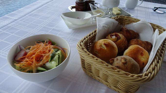 日本海の海の幸と伝統の手作りのパンを味わう