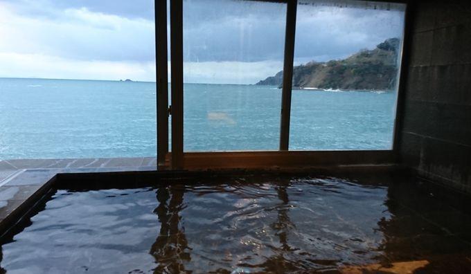 日本海を望む大浴場は開放感のある展望風呂の趣