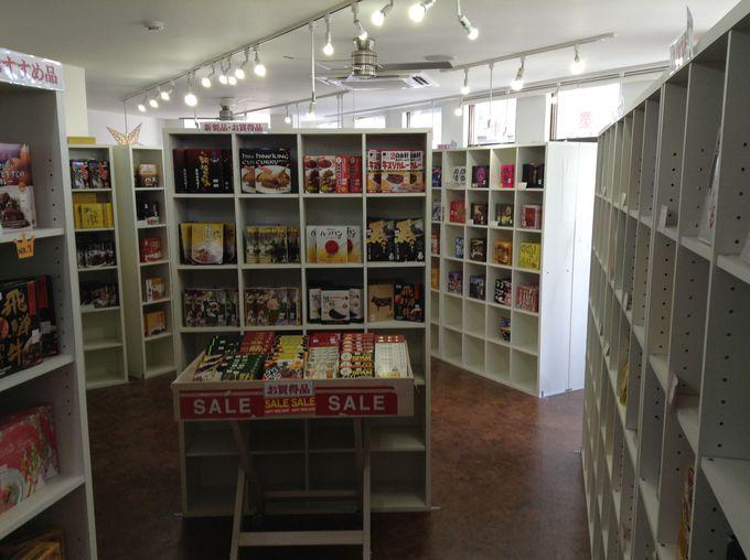 店内には約300種類のご当地レトルトカレーがある