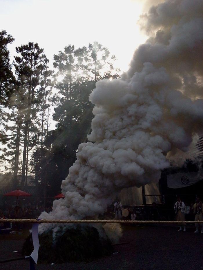 護摩壇から立ち上がる煙が穢れを清める!