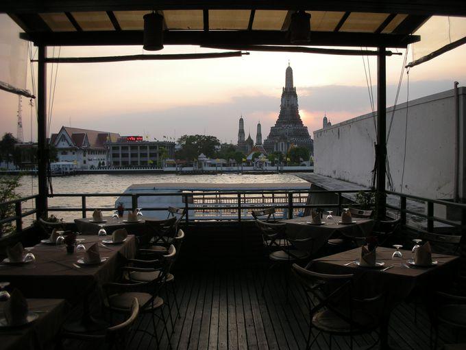 バンコクに行ったら誰もが見たい!と願う「暁の寺の夜景」を望むレストラン