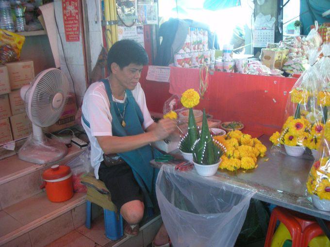神様に奉げる花飾り作りを見学
