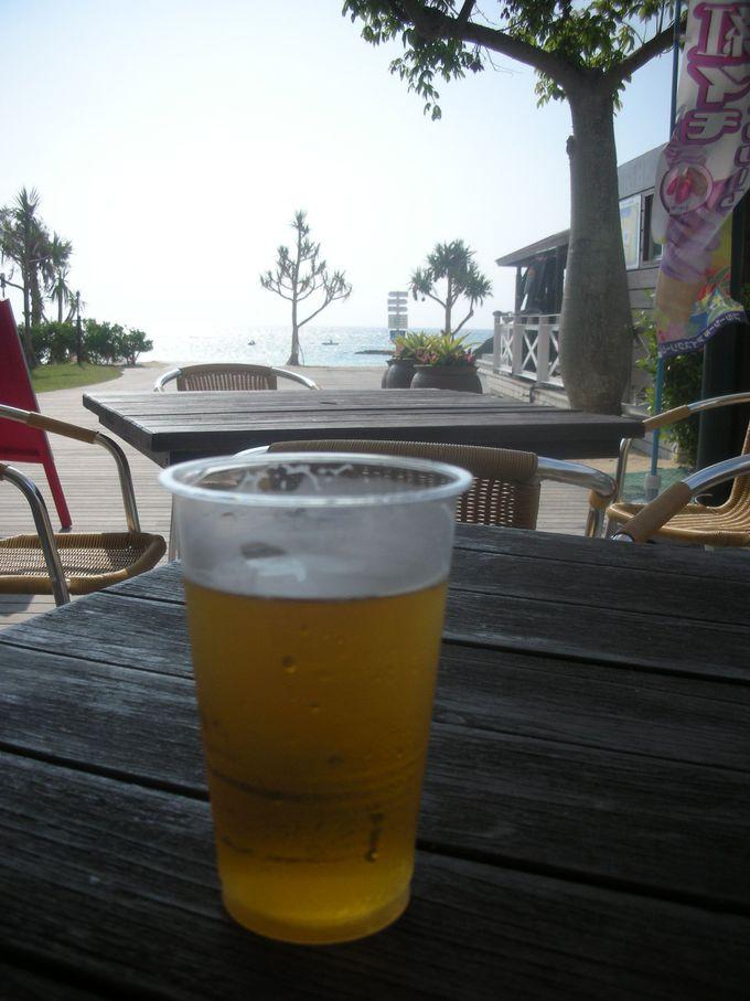 海を望むテラスを完備。オリオンビールで喉を潤そう!