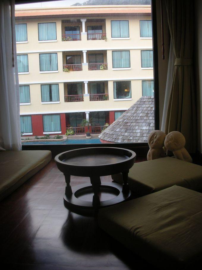 窓際のリビングスペースは、アジアンテイストな造り