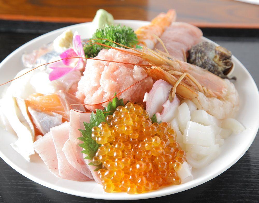 テレビで話題の刺身盛り過ぎ海鮮丼は1050円!入谷「さいとう」で豪快なランチタイム