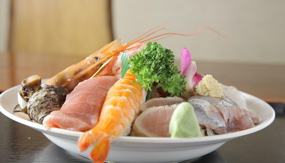 丼の上に、なぜか寿司が2カン鎮座の不思議