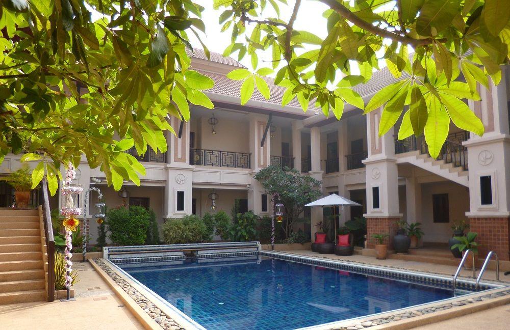 プールを囲むように佇む邸宅のようなホテル