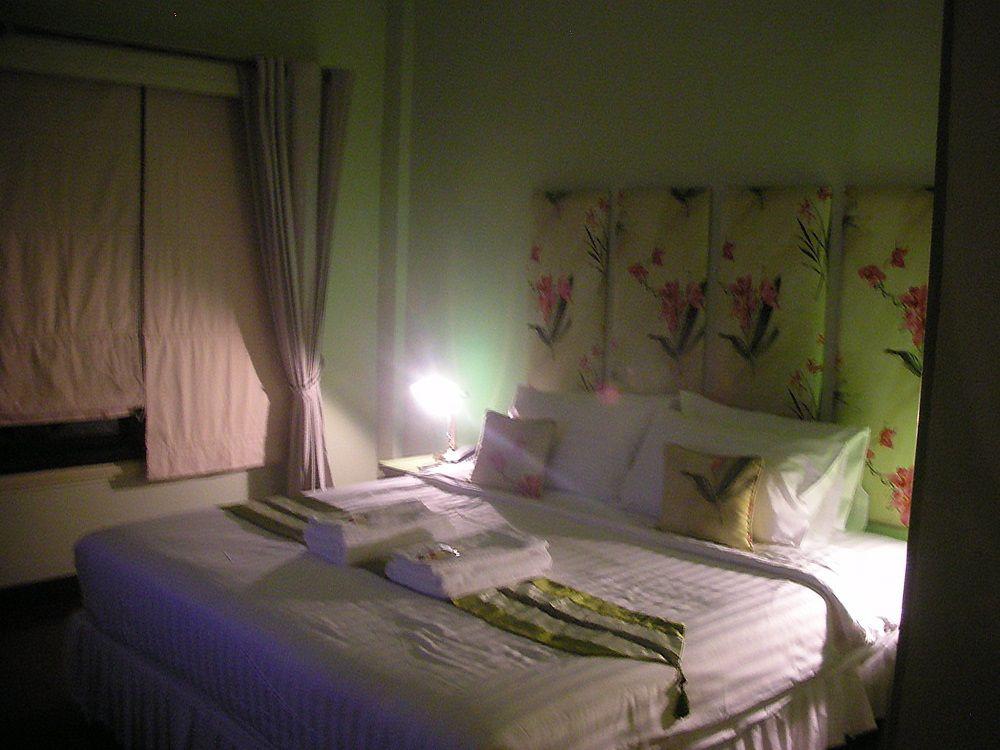 花をふんだんにあしらった、ロマンティックなベッドルームに女子なら胸キュン