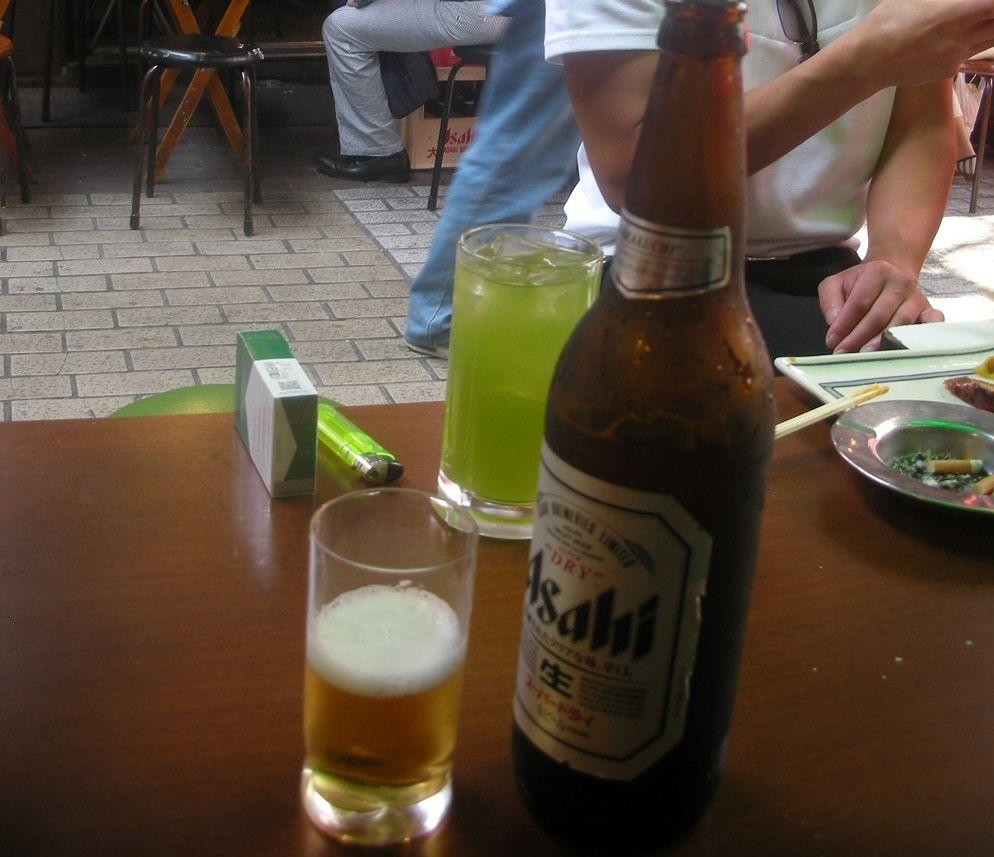 ほとんどが一人客。初めての人と肩を寄せ合い飲むビール