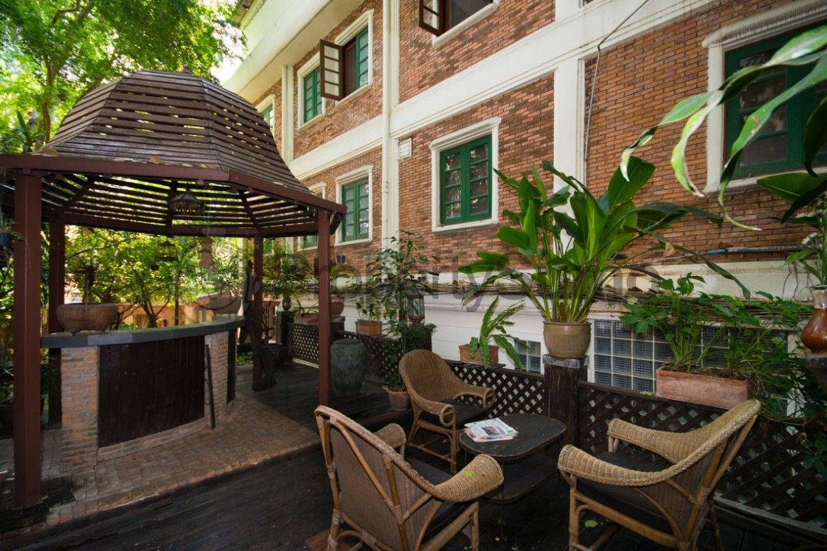 緑豊かなガーデンにあるチェアーや東屋が素敵!