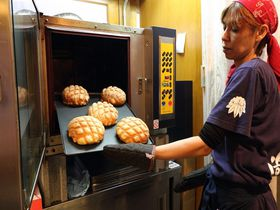 テレビで話題!浅草寺で行列ができるジャンボメロンパンを早朝にゲット!|東京都|トラベルjp<たびねす>